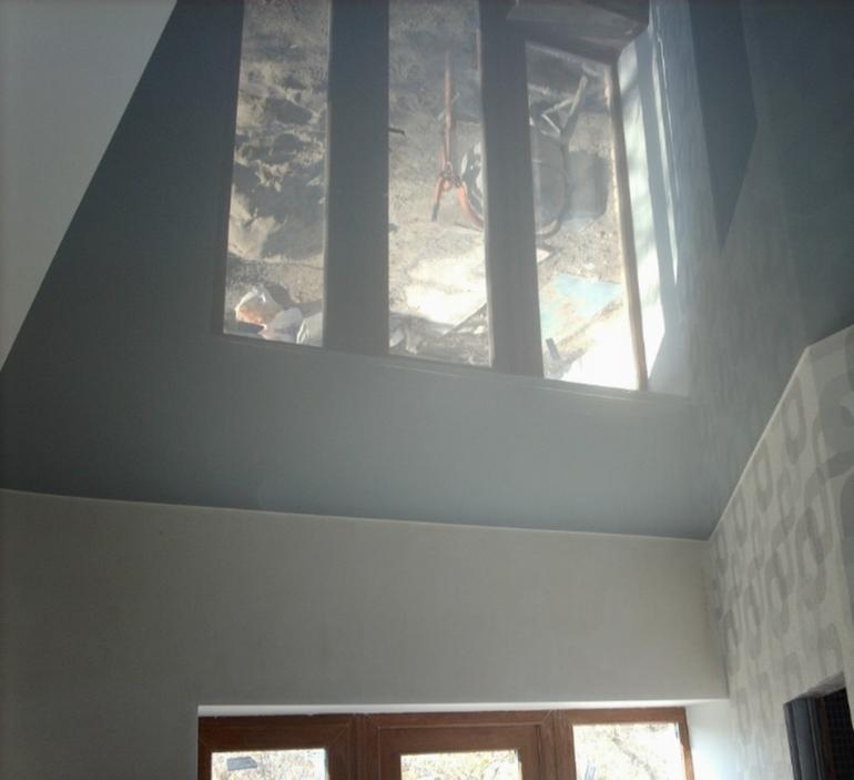 Серый глянцевый натяжной потолок фото в интерьере