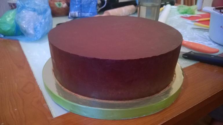 Как выровнено торт под мастику