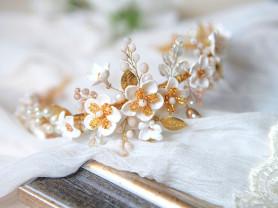 Ободок с белыми цветами