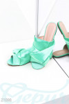 Яркие атласные сандалии