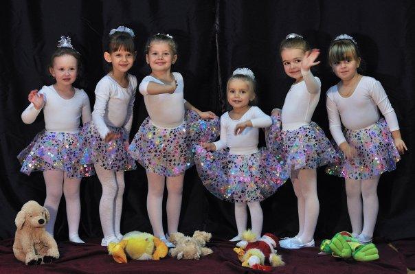 Гибкость, грациозность, женственность, ровная осанка, красивая походка и стройная фигура - это вы получите занимаясь в балетных школах и студиях.