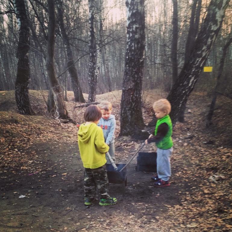 Мальчики развлекаются в лесу