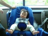 Ребенок в гипсовых распорках