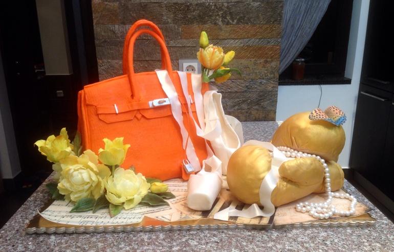 Для  девушки,  которая  ободает  сумки  Биркин,  театр,  бокс  и  желтые  цветы)))