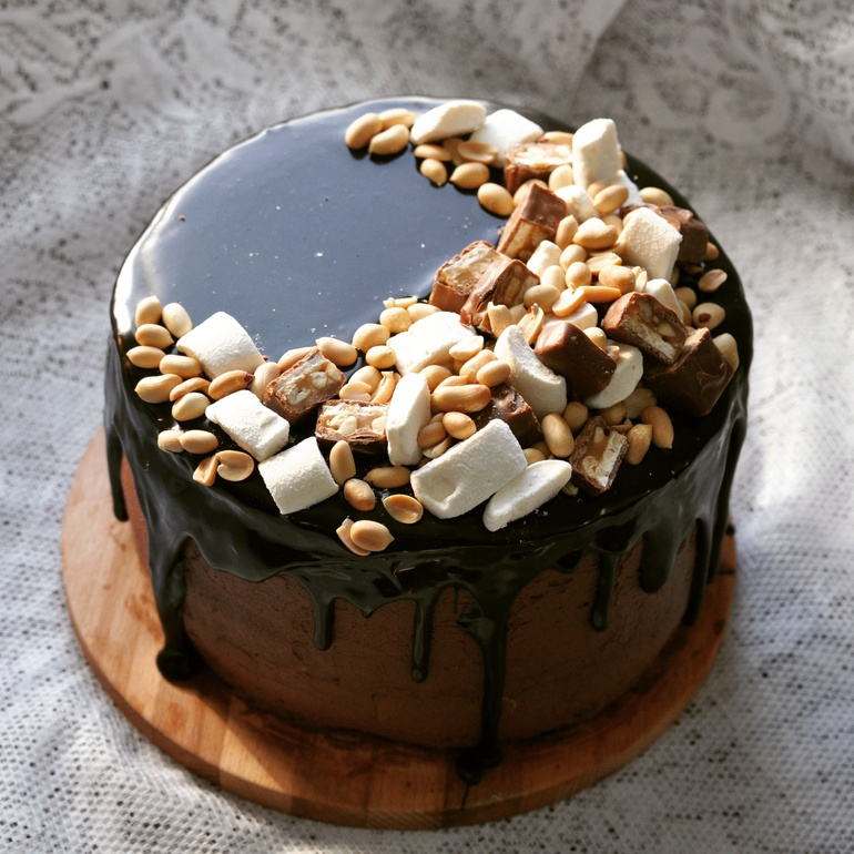 как украсить торт сникерс