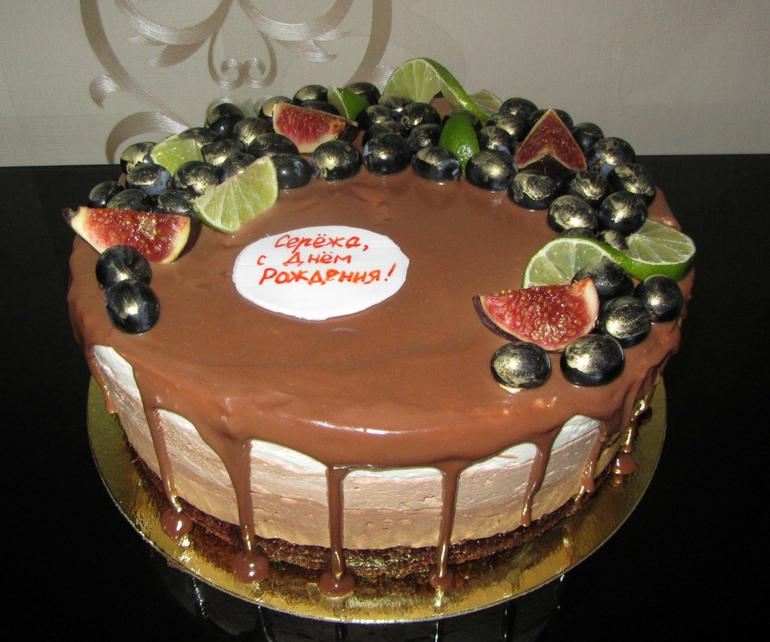 Торты в шоколадной глазури с фруктами