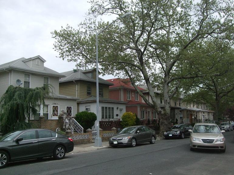 Немного фото нашего района - это кварталы с домиками, но на больших улицах есть и высокие постройки