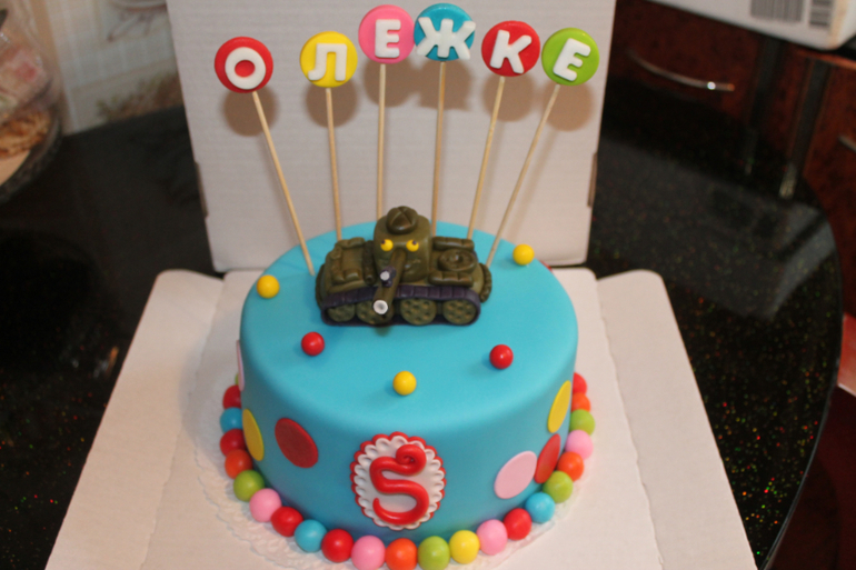 Торт с необычным танком