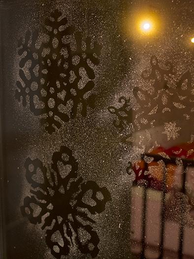 Снежинки и вчерашняя ёлка