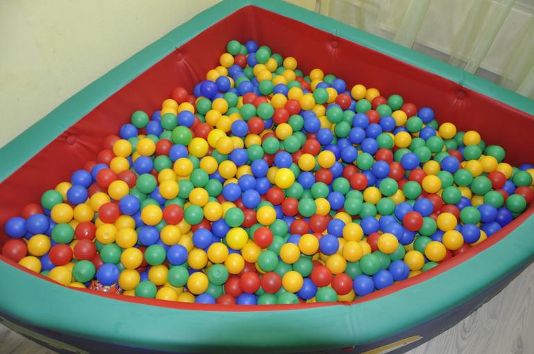 Пластиковые шарики - веселая игра для малышей, ими можно играть где угодно - дома, на улице, в детском саду