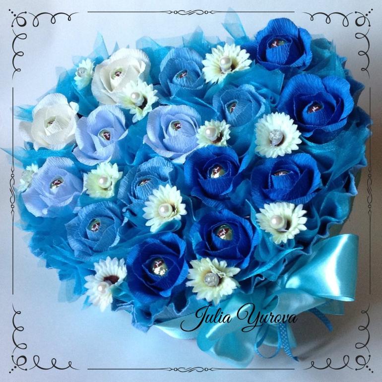 Синий букет из конфет