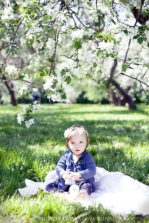 Под яблоней