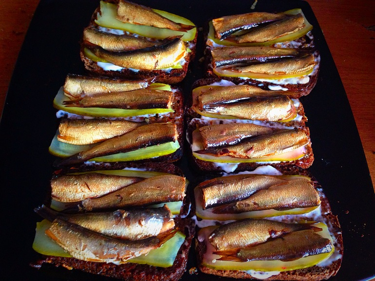 рецепт бутербродов из сухарей из черного хлеба с чесноком