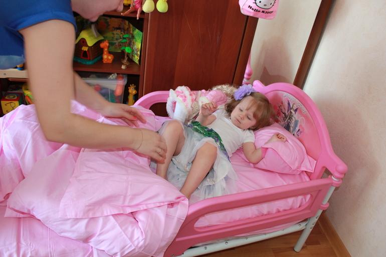 Привязал малышку к кровати
