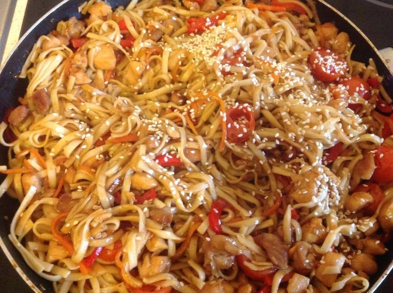 удон с курицей и овощами с соусом терияки в мультиварке