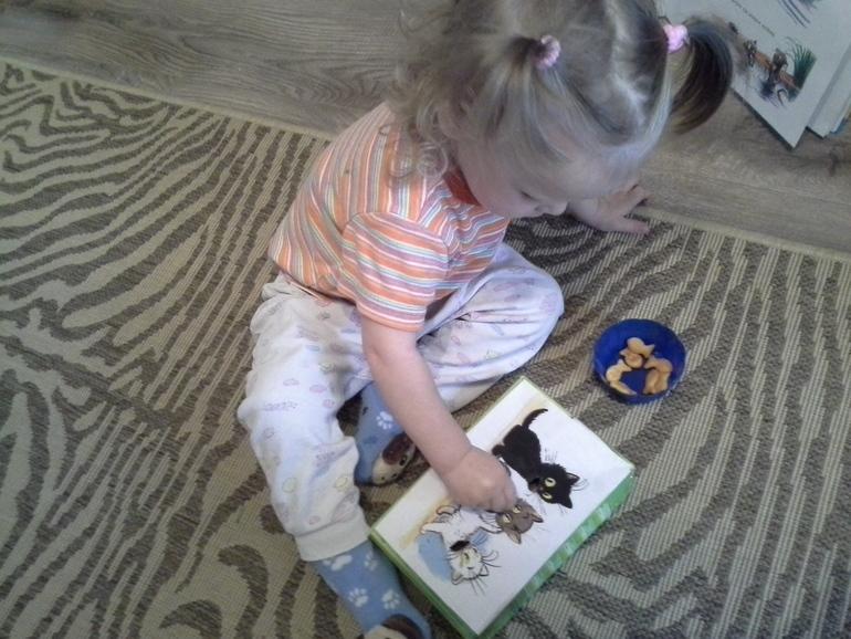 Читаем и играем. В. Сутеев. Три котёнка
