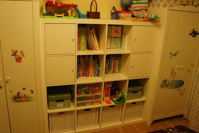 А  как  вы  располагаете  детские  книжки  в  стеллаже  Экпедит?