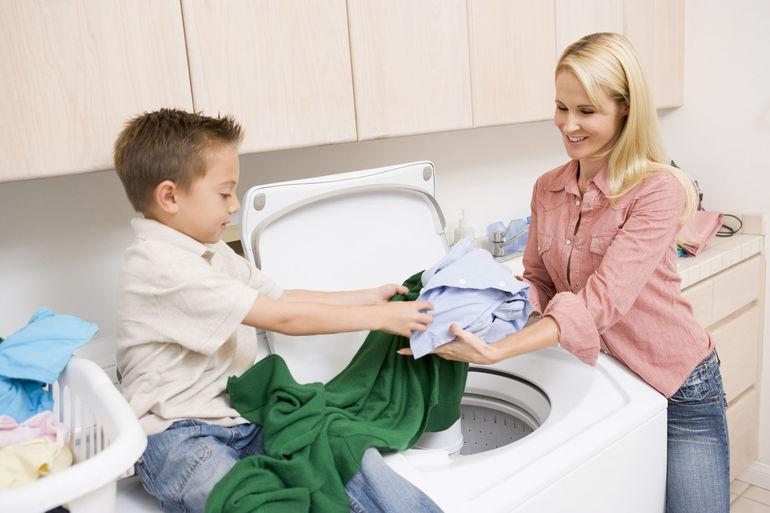 Как приучить ребенка помогать маме?