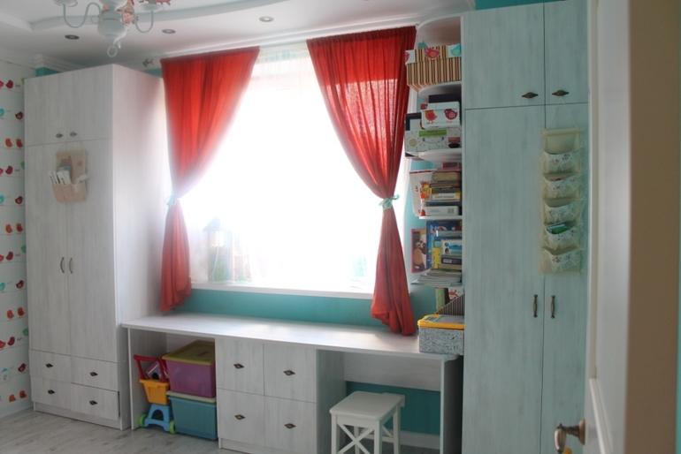 Детская комната в 14 кв.м (фотки) - шкафы вокруг окна в детс.