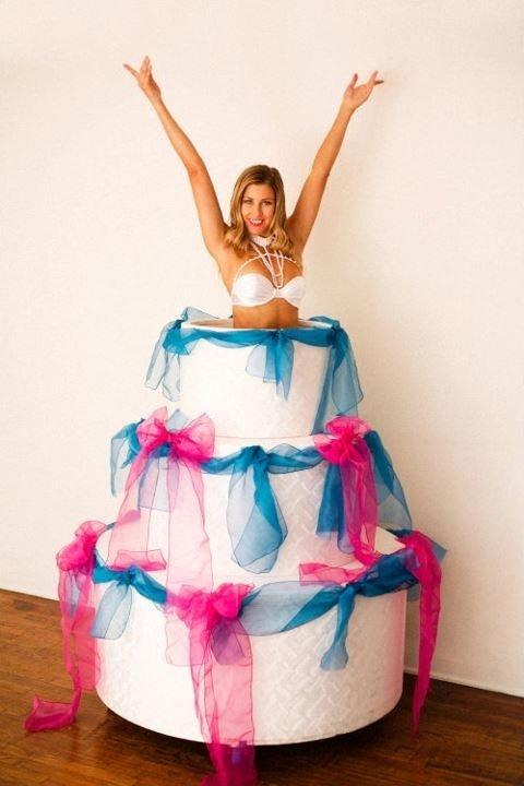 Девушка выпрыгивает с торта картинки