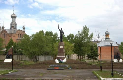 Памятник с семейный Черногорск Лампадка из лезниковского гранита Петушки