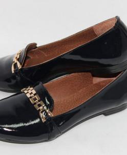 Лаковые туфли темно-синего цвета.
