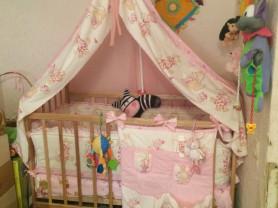 детская кровать с кокосовым матрасом и двумя комплектами защиты с балдахинами