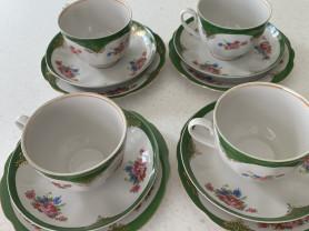 Чашки с блюдцами и тарелочками под пирожное.