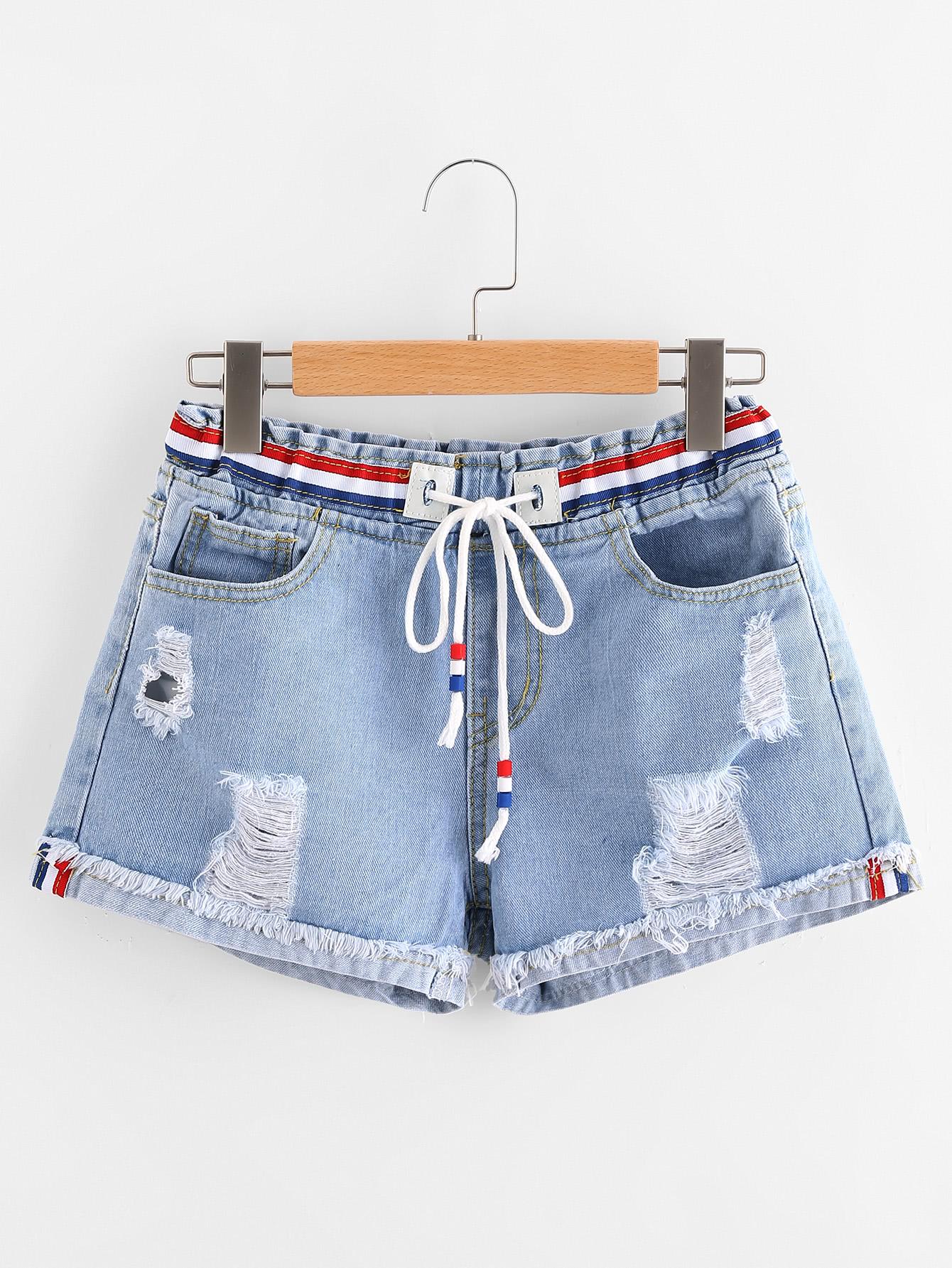 Модные джинсовые шорты с разрезами
