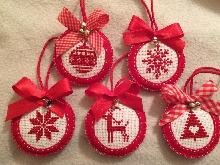 Картинки по запросу новогодние игрушки вышивка крестом схемы
