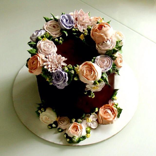 Шоколадный торт с цветами фото