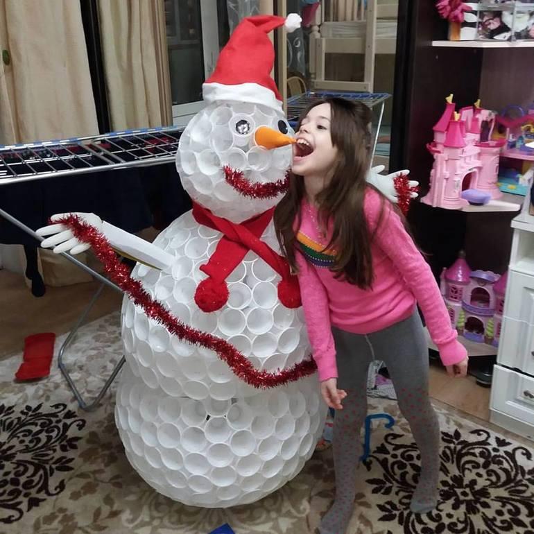 Снеговик из прозрачных пластиковых стаканчиков своими руками фото 800