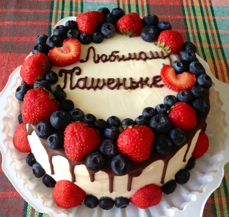 Украшение торта клубникой и голубикой